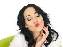 Gelukkige Ontspannen Tevreden Flirterige Jonge Spaanse Vrouw die bij de Camera pruilen stock fotografie