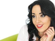 Gelukkige Ontspannen Tevreden Jonge Spaanse Vrouw die Ontspannen kijken en royalty-vrije stock fotografie