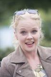 Gelukkige ontspannen verraste jonge vrouw Royalty-vrije Stock Fotografie