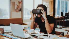 Gelukkige Ontwerper Working Remotely en het Testen VR stock fotografie