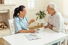 Gelukkige opgetogen verpleegster die van haar thee genieten royalty-vrije stock fotografie