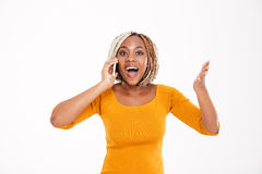 Gelukkige opgewekte Afrikaanse Amerikaanse vrouw die op mobiele telefoon spreken Stock Afbeeldingen