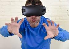 Gelukkige opgewekte de banklaag van de mensen thuis woonkamer gebruikend 3d beschermende brillen die op virtuele werkelijkheid 36 Stock Afbeeldingen