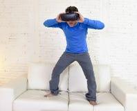 Gelukkige opgewekte de banklaag van de mensen thuis woonkamer gebruikend 3d beschermende brillen die op virtuele werkelijkheid 36 Royalty-vrije Stock Afbeeldingen