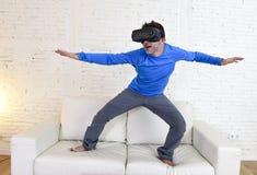 Gelukkige opgewekte de banklaag van de mensen thuis woonkamer gebruikend het 3d beschermende brillen virtuele werkelijkheid surfe Stock Foto's