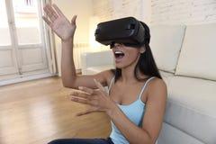 Gelukkige opgewekte de banklaag van de vrouwen thuis woonkamer gebruikend 3d beschermende brillen die op virtuele werkelijkheid 3 Stock Fotografie