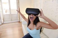 Gelukkige opgewekte de banklaag van de vrouwen thuis woonkamer gebruikend 3d beschermende brillen die op virtuele werkelijkheid 3 Royalty-vrije Stock Afbeeldingen