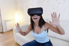 Gelukkige opgewekte de banklaag van de vrouwen thuis woonkamer gebruikend 3d beschermende brillen die op virtuele werkelijkheid 3 Royalty-vrije Stock Afbeelding