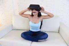 Gelukkige opgewekte de banklaag van de vrouwen thuis woonkamer gebruikend 3d beschermende brillen die op virtuele werkelijkheid 3 Stock Foto's