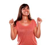 Gelukkige opgewekte jonge vrouw die een overwinning vieren Stock Foto's