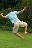 Gelukkige, opgewekte mens, die in lucht springen Royalty-vrije Stock Afbeeldingen