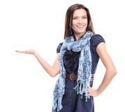 gelukkige opgewekte mooie vrouw die uw product bekijken royalty-vrije stock fotografie