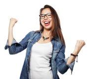 Gelukkige opgewekte vrouw die haar succes vieren Stock Foto