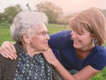 Gelukkige oude moeder en dochter in het park stock afbeelding