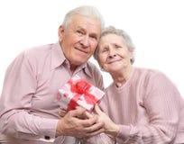 Gelukkige oude paar en doos met gift Stock Fotografie