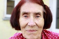 Gelukkige oude vrouwen die thuis ontspannen Royalty-vrije Stock Fotografie