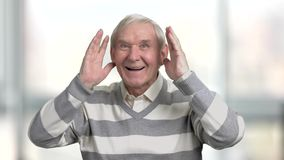 Gelukkige oudere mens die voor sportteam toejuichen stock video