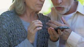 Gelukkige ouders die kinderen roepen, die familienieuws delen, die van mededeling genieten stock footage