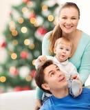 Gelukkige ouders die met aanbiddelijke baby spelen Stock Foto's
