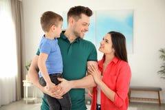 Gelukkige ouders en hun zoon Het weekend van de familie royalty-vrije stock foto's