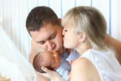 Gelukkige ouders en pasgeboren stock afbeelding