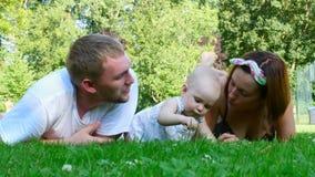Gelukkige ouders met hun dochter stock footage
