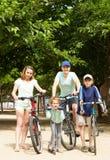 Gelukkige ouders met kinderen openlucht Stock Foto's