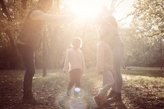 Gelukkige ouders met twee kind het spelen samen in aard royalty-vrije stock foto's