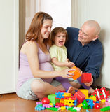 Gelukkige oudersspelen met kind Stock Afbeeldingen