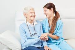 Gelukkige oudste en verpleegster royalty-vrije stock afbeelding