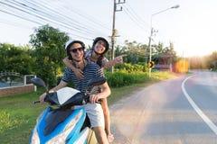 Gelukkige Paar Berijdende Motorfiets in Platteland Opgewekte Vrouw en Man Reis op de Reis van de Motorweg Stock Afbeelding