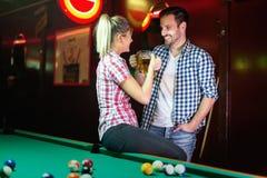 Gelukkige paar het drinken bier en het spelen snooker stock fotografie