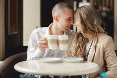 Gelukkige paar het drinken koffie in een stedelijke café Stock Afbeelding