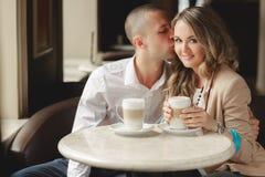 Gelukkige paar het drinken koffie in een stedelijke café Stock Foto