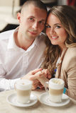 Gelukkige paar het drinken koffie in een stedelijke café Royalty-vrije Stock Afbeeldingen