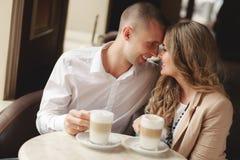 Gelukkige paar het drinken koffie in een stedelijke café Royalty-vrije Stock Foto