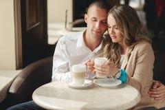 Gelukkige paar het drinken koffie in een stedelijke café Stock Foto's