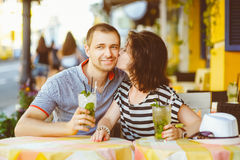 Gelukkige paar het drinken limonade of mojito in Royalty-vrije Stock Foto