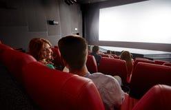 Gelukkige paar het letten op film en het spreken in theater stock fotografie