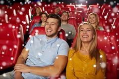 Gelukkige paar het letten op film in theater Stock Fotografie