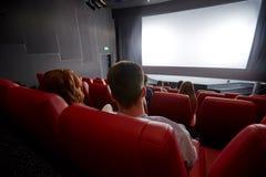 Gelukkige paar het letten op film in theater of bioskoop stock foto's