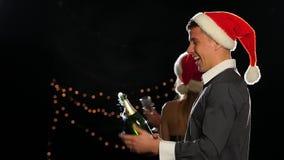 Gelukkige paar het openen champagne op de vooravond van het Nieuwjaar stock video