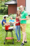 Gelukkige paar ondersteunende grill royalty-vrije stock foto
