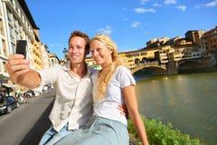 Gelukkige paar selfie foto op reis in Florence stock afbeeldingen