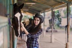 Gelukkige paardruiter bij boerderij Royalty-vrije Stock Fotografie