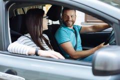 Gelukkige paarzitting in hun nieuwe auto stock afbeelding