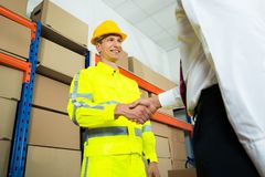 Gelukkige Pakhuisarbeider het Schudden Handen met Manager stock afbeelding