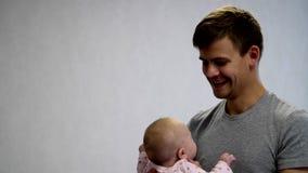 Gelukkige papa en gelukkige baby stock videobeelden
