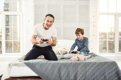 Gelukkige papa en zoons speelspelen royalty-vrije stock foto's