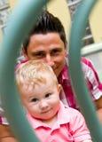 Gelukkige papa met babyjongen Stock Afbeeldingen